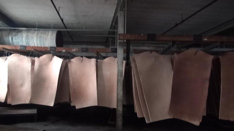 トーマスウエア社の革を干している画像4