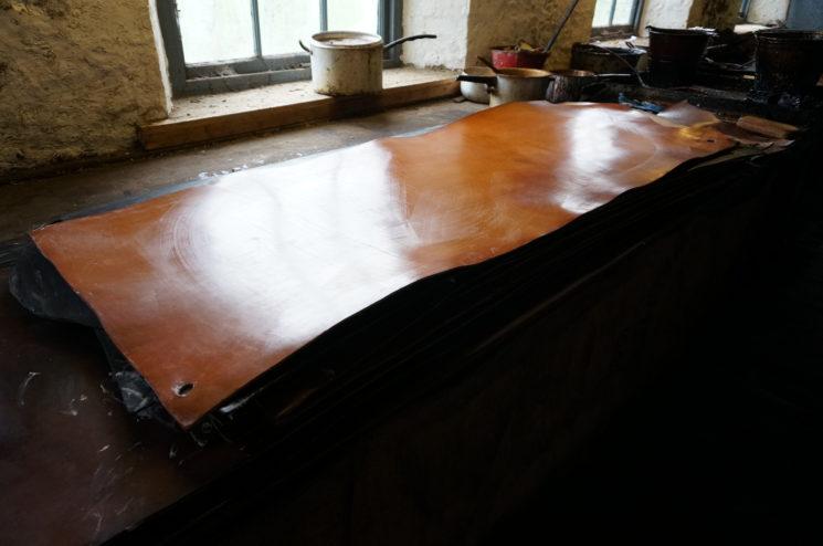 J.ベイカー社の蠟引き加工をする作業台の画像