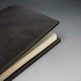 A5判手帳カバーのチョコの外側のご使用イメージ画像