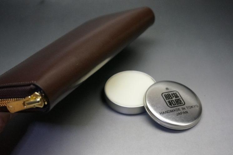 ラウンドファスナー長財布の底部分と蜜蝋ワックス