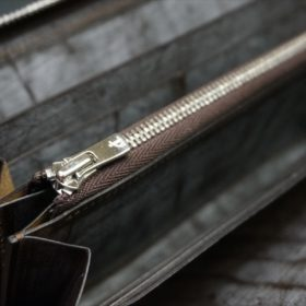 セドウィック社製ブライドルレザー(ベンズ部位)を使用したチョコカラーのラウンドファスナー長財布(シルバー色)9