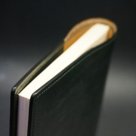 A5判手帳カバーのダークグリーンの外側上部のご使用イメージ