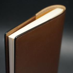 A5判手帳カバーのヘーゼルカラーの外側上部からのご使用イメージ
