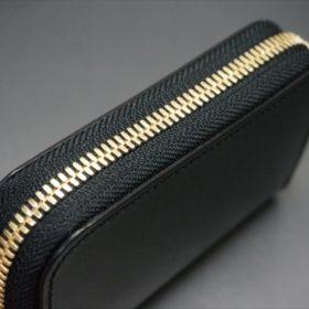 セドウィック社製ブライドルレザーのブラック色のラウンドファスナー小銭入れ(ゴールド色)-1-4