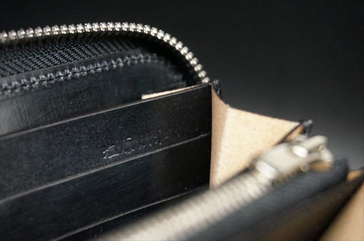 セドウィック社製ブライドルレザーのブラックカラーのラウンドファスナー長財布の塩原朋和の刻印