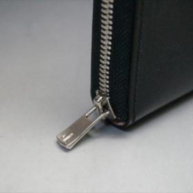 セドウィック社製ブライドルレザーのブラックカラーのラウンドファスナー長財布のファスナーの持ち手