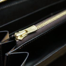 セドウィック社製ブライドルレザーのチョコカラーのラウンドファスナー長財布の小銭入れのファスナー