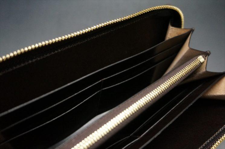 セドウィック社製ブライドルレザーのチョコカラーのラウンドファスナー長財布のひな壇
