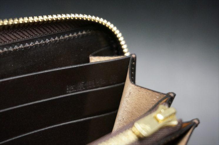 セドウィック社製ブライドルレザーのチョコカラーのラウンドファスナー長財布の塩原朋和の刻印