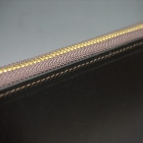 セドウィック社製ブライドルレザーのチョコカラーのラウンドファスナー長財布のステッチ