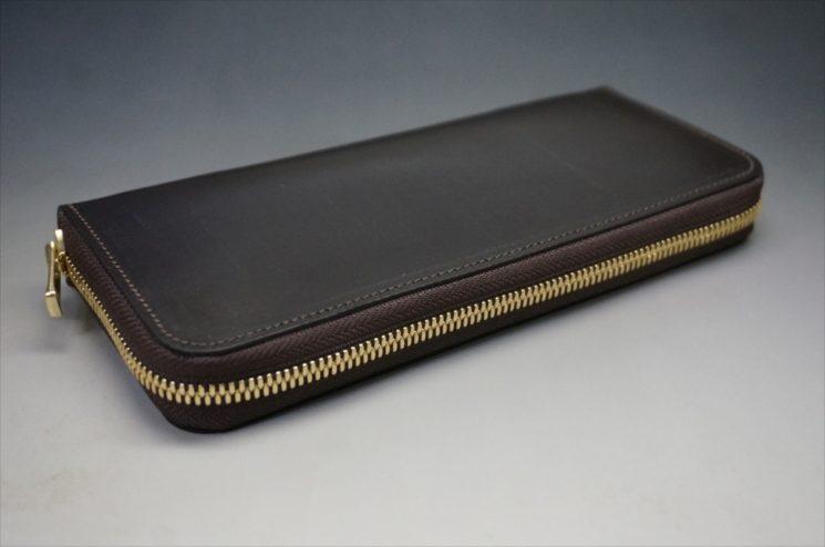 セドウィック社製ブライドルレザーのチョコカラーのラウンドファスナー長財布の外側平置き