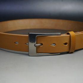 セドウィック社製ブライドルレザーのベンズ部位ロンドンタン色の35mmベルト(ビジネスバックル/シルバー色)のご使用サンプル