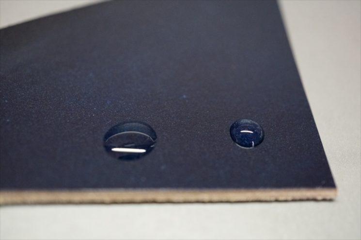 染料仕上げコードバンにオイルと水を載せた画像