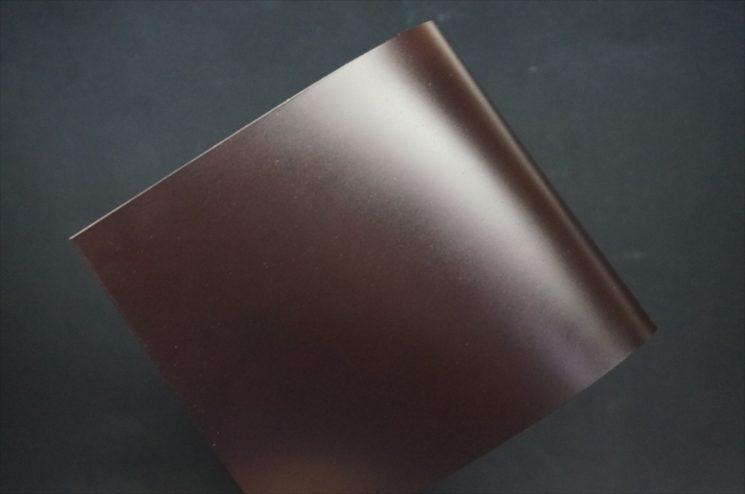 新喜皮革社製顔料仕上げコードバンのダークブラウン色のサンプル