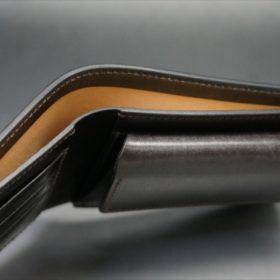 新喜皮革社製顔料仕上げコードバンのダークブラウン色の二つ折り財布(ゴールド色)-1-5