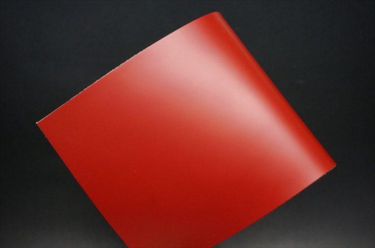 新喜皮革社製顔料仕上げコードバンのレッド色のサンプル