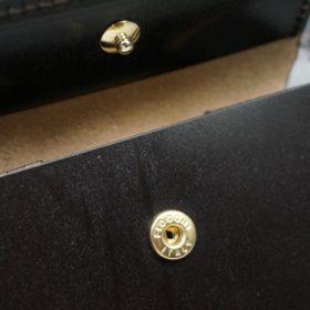 新喜皮革社製蝋引き顔料仕上げコードバンのダークブラウン色の二つ折り財布(ゴールド色)-1-10