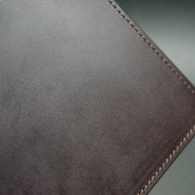 新喜皮革社製蝋引き顔料仕上げコードバンのダークブラウン色の二つ折り財布(ゴールド色)-1-3