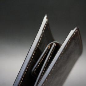 新喜皮革社製蝋引き顔料仕上げコードバンのダークブラウン色の二つ折り財布(ゴールド色)-1-4