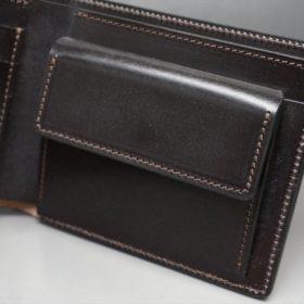 新喜皮革社製蝋引き顔料仕上げコードバンのダークブラウン色の二つ折り財布(ゴールド色)-1-8