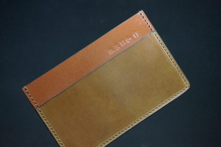ホーウィン社製シェルコードバンのバーボン色のカードケース-1-1