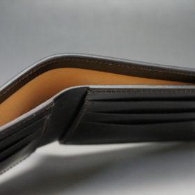 新喜皮革社製顔料仕上げ蝋引きコードバンのダークブラ6ウン色の二つ折り財布(小銭入れなしタイプ)-1-