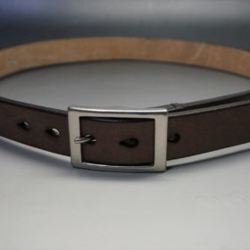 J.ベイカー社製ブライドルレザーのダークブラウン色の30mmベルト(カジュアルバックル/シルバー色)のご使用イメージ画像-2