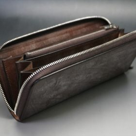 蓋を開けた状態のラウンドファスナー長財布