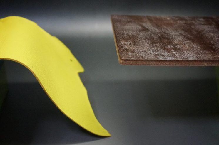 ブライドルレザーと柔らかい革の硬さを比較