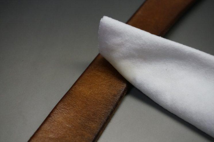 クロスで革にオイルを浸透させる