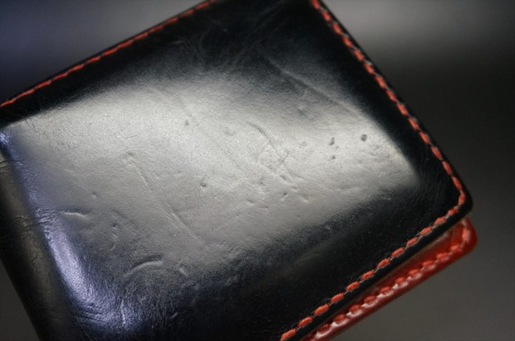 へこみ傷が付いたブライドルレザーの財布