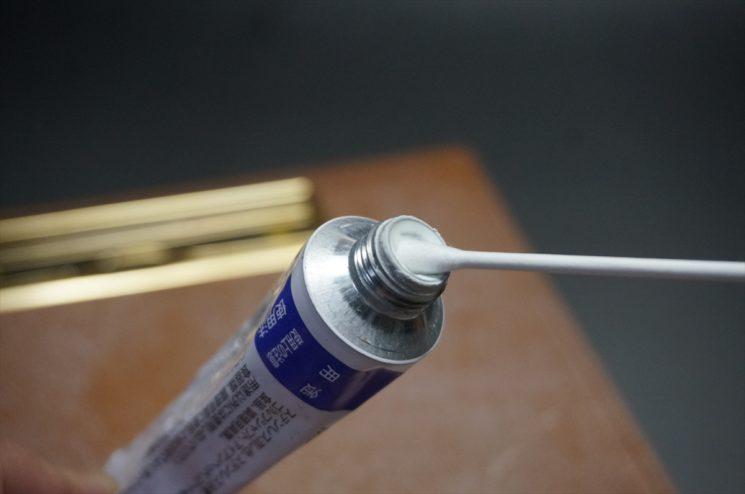 金属の磨き剤を綿棒に浸透させる