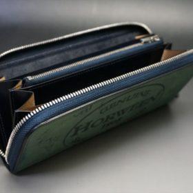 蓋を開いたラウンドファスナー長財布