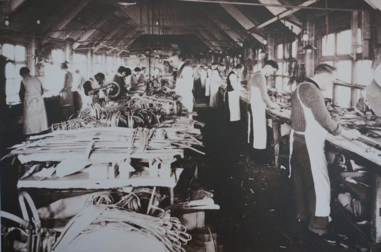 ブライドルレザー製品を製造している19世紀の画像