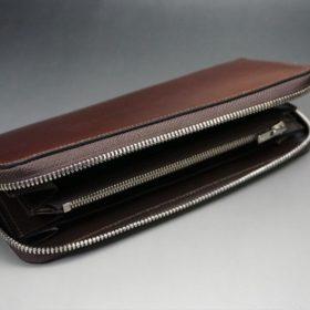 平置きしてファスナーを開いた長財布
