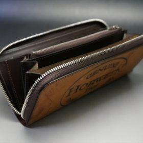 蓋を開けて正面かた見たラウンドファスナー長財布