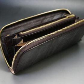 蓋を開いた長財布の全体像