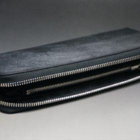 平置きしてファスナーを開いた長財布の全体像
