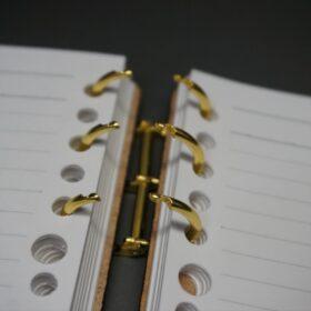 ルーズリーフ金具を開いた画像