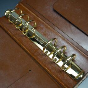 ゴールド色のバインダー金具