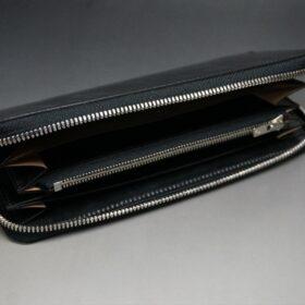 平置きで蓋を開いたラウンドファスナー長財布