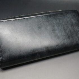 平置きにしたラウンドファスナー長財布の正面