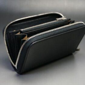 ファスナーを開いた財布の正面