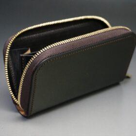ファスナーを開いたミニ財布